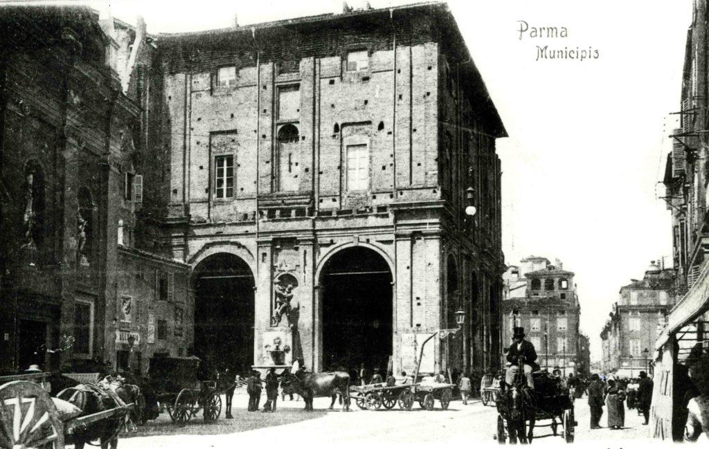 01.13 - Piazza Grande - Municipio - Carri mercato - 1902