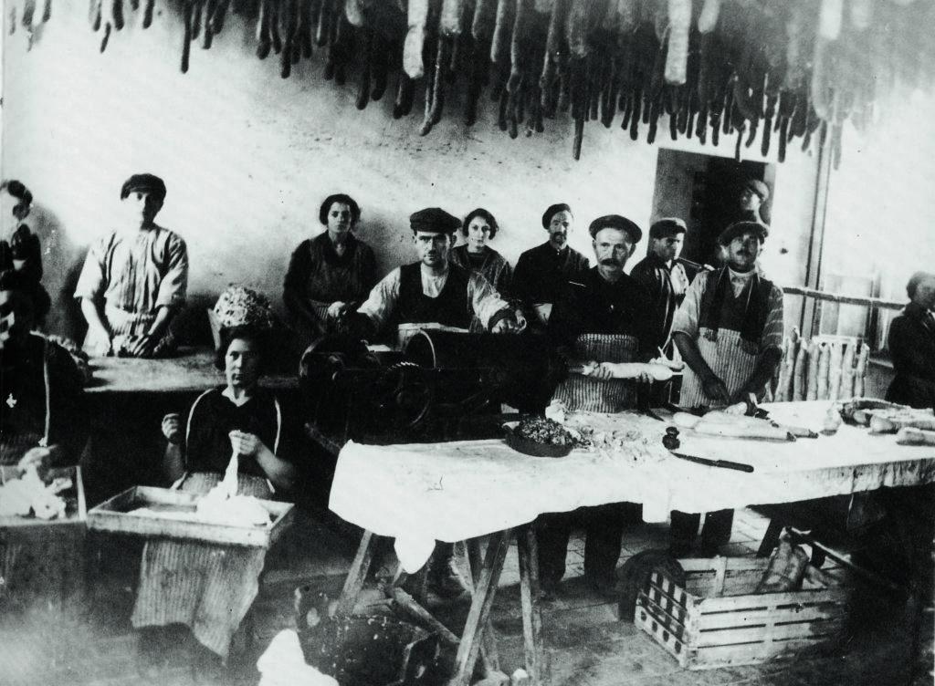07.06 - Lavorazione dei salami a Felino negli anni Venti copia 2